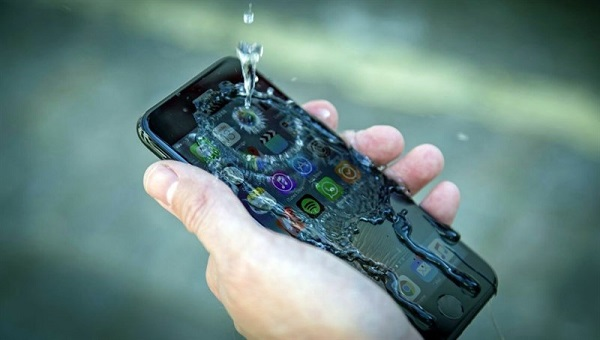 Điện thoại bị vô nước liệt cảm ứng